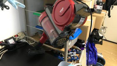 デスク脇にただ掃除機を吊るだけ。「めんどくささの勾配」を調整することで、模型ライフは激変する!!