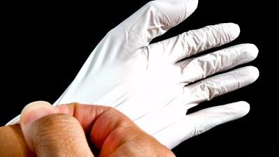 この手袋で「私、失敗しないので」。プラモ塗装の安全をキープします!!