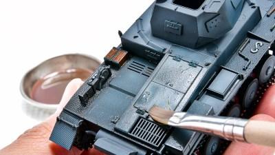 """""""作業時間5分""""でジャーマングレーの戦車模型がカッコよくなる!! 「フィルタ・リキッド レイヤーバイオレット」にお任せあれ。"""