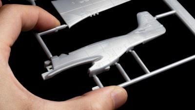 999円のプラモデルで飛び込むヒコーキ模型の世界。エンジンもあるよ!