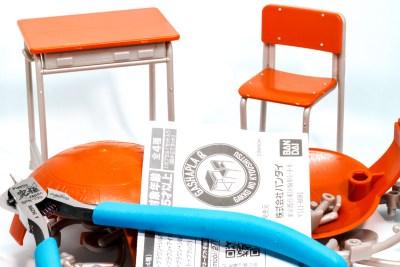 対象年齢15歳以上/小さな机と椅子のプラモデルで、プライスレスなエモさを。