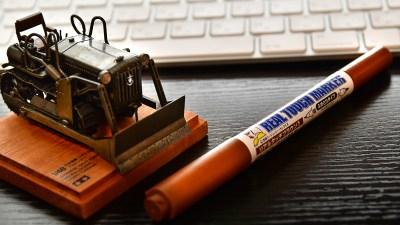 机に1本あれば隙間時間に汚し塗装が楽しめる最高のペン。「ガンダムマーカー リアルタッチマーカー リアルタッチブラウン1」。