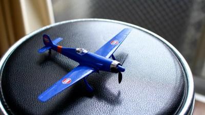 元気をなくした友人のために作る、とびきり青い飛行機プラモ。