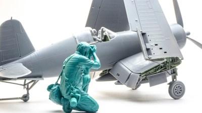 翼を畳んだコルセアのプラモに「初めての飛行機旅」を思い出す話。