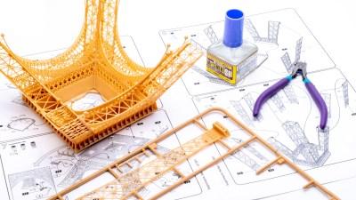 エヴァ、ナディア、東京オリンピック/何層にも意味を重ねたエッフェル塔のプラモを組む。