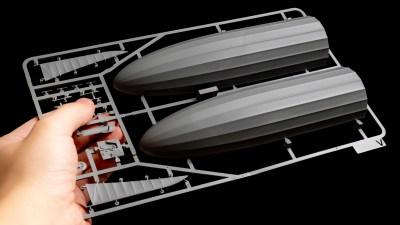 大根サイズの機体にしがみつく、指先サイズの乗員室/飛行船のプラモデルで知る「空戦の夜明け」。