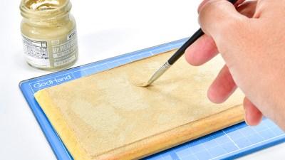 考えるな!感じろ!! 木に砂を直塗りするだけでプラモを飾る砂漠ができる!!!「タミヤ 情景テクスチャーペイント」。
